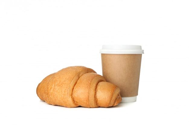 Gebackenes croissant und pappbecher lokalisiert auf weißem hintergrund