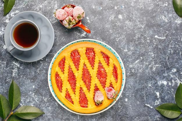 Gebackenes erdbeer-marmeladen-kuchen-süßes gebäck