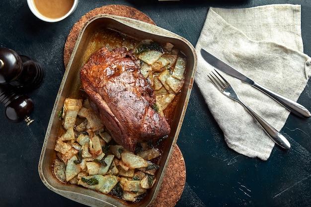 Gebackenes fleisch und kartoffeln
