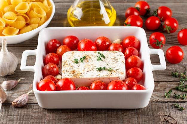 Gebackenes gemüse mit feta-käse, oliven, zwiebeln, provenzalischen kräutern, olivenöl, gewürzen und tomaten