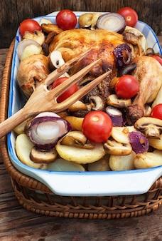 Gebackenes hähnchen mit kartoffeln und champignons