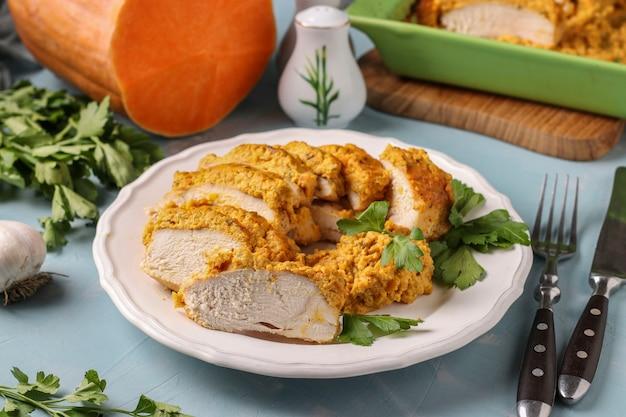 Gebackenes hähnchenfilet mit kürbissauce auf weißem teller. köstlicher und gesunder snack. gesundes lebensmittelkonzept.