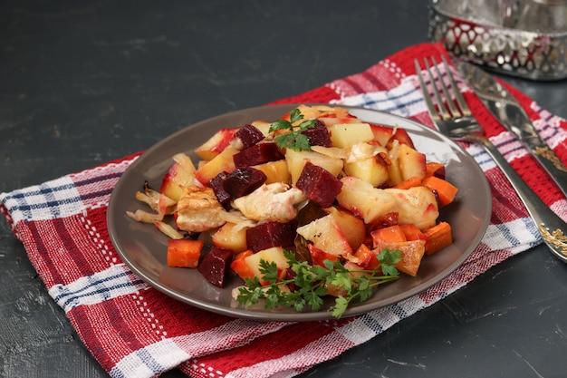 Gebackenes huhn mit gemüse: rüben, karotten, kohl und kartoffeln