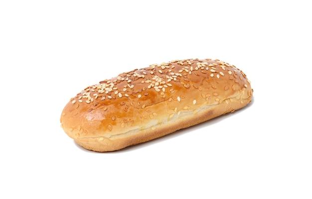 Gebackenes längliches sesam-hot-dog-brötchen isoliert auf weißem hintergrund