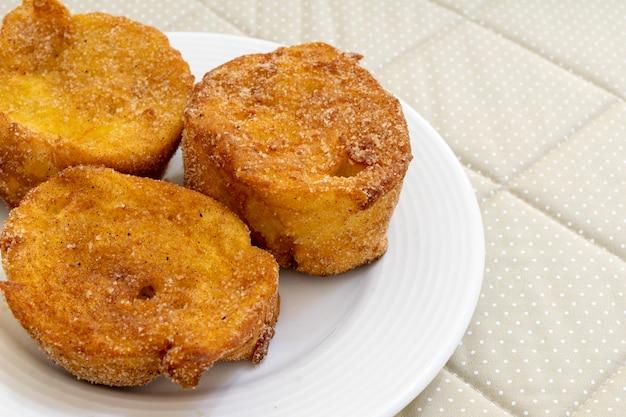 Gebackenes oder gebratenes brot mit zucker und zimt. dessert namens rabanada, torrija oder goldenes brot.
