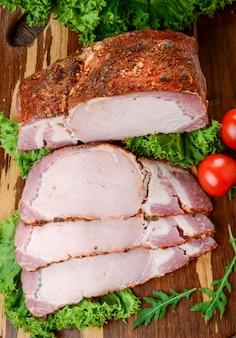 Gebackenes schweinefleisch in verschiedenen gewürzen mit gemüse