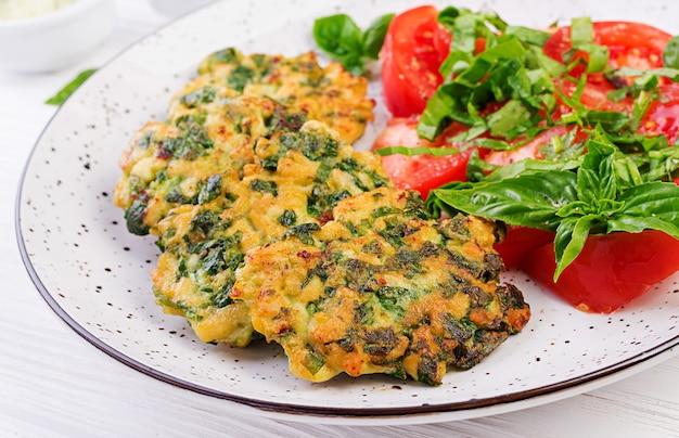 Gebackenes steak gehacktes hähnchenfilet mit spinat-tomaten-salat