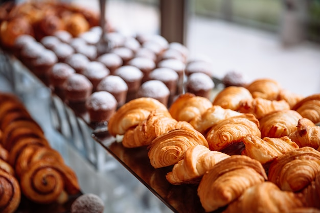 Gebäck, croissants und muffins