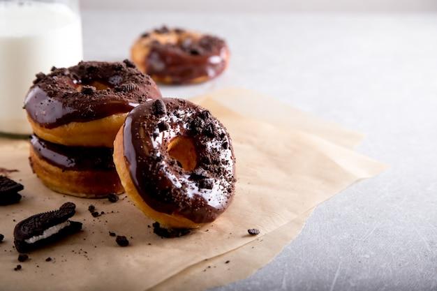 Gebäck-konzept. donuts mit schokoladenglasur und schokoladenplätzchen