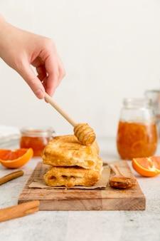 Gebäck mit hausgemachter leckerer marmelade