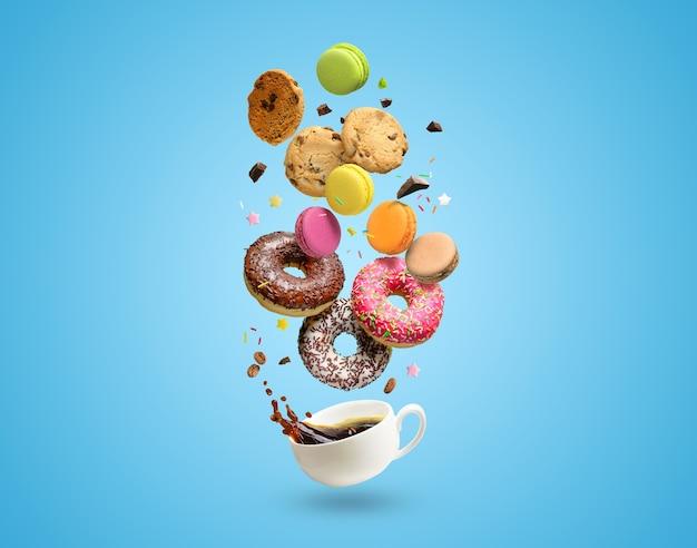 Gebäck, süßwaren und kaffeetasse mit spritzwasser