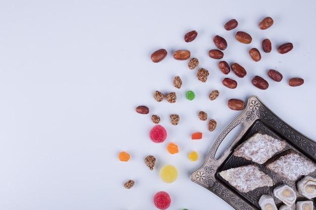 Gebäckbrett mit marmeladen, köstlichkeiten und nüssen
