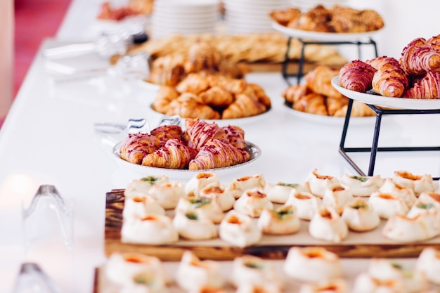 Gebäckkekse und croissants, süße desserts, die bei wohltätigkeitsveranstaltungen serviert werden, speisengetränke und menükonzept als urlaubshintergrundbanner für luxusmarkendesign