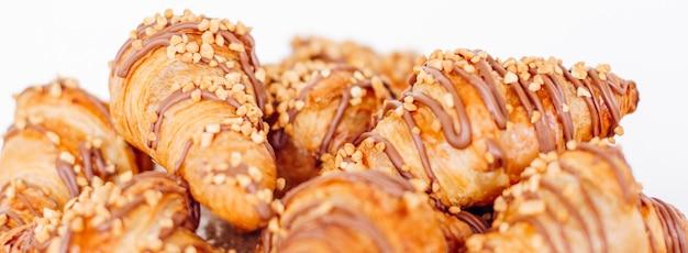 Gebäckkekse und croissants, süße desserts, die bei wohltätigkeitsveranstaltungen serviert werden.