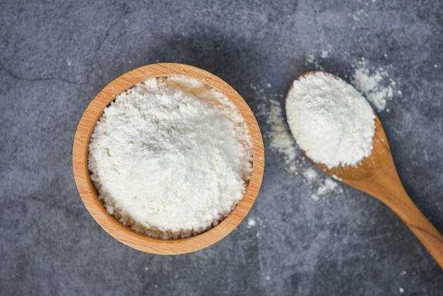 Gebäckmehl auf dem selbst gemachten mehl der hölzernen schüssel, das bestandteile auf küche kocht