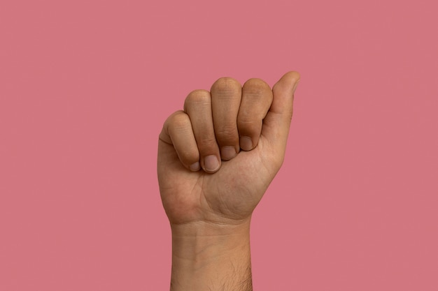 Gebärdensprache geste isoliert auf rosa