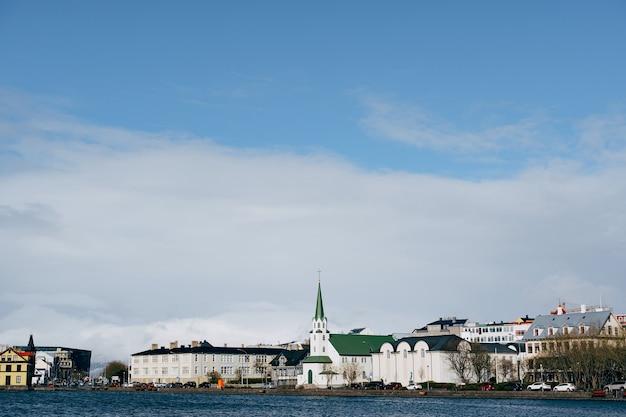 Gebäude am ufer des sees tjodnin in reykjavik, der hauptstadt islands ice