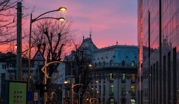 Gebäude auf einem sonnenuntergangshintergrund