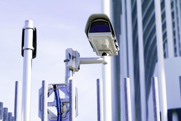 Gebäude der überwachungskameraüberwachung der sicherheit im freien