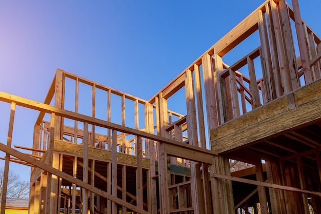 Gebäude des neuen hölzernen balkenbaus des neuen hauptaufbaus