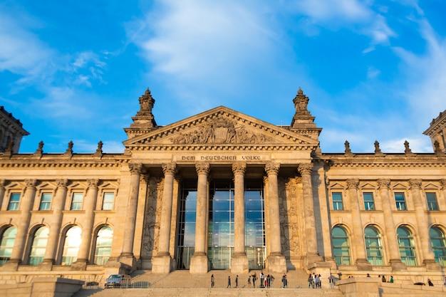 Gebäude des reichstags-berliner parlaments am hellen sonnigen tag. berlin, deutschland - 17.05.2019