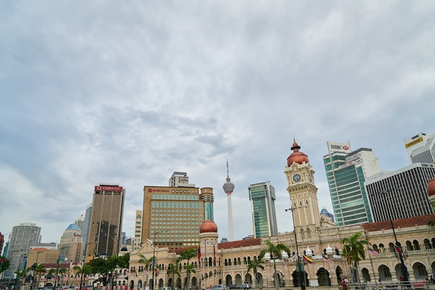 Gebäude einer stadt mit bewölktem himmel