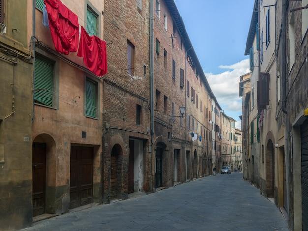 Gebäude entlang der straße, siena, toskana, italien