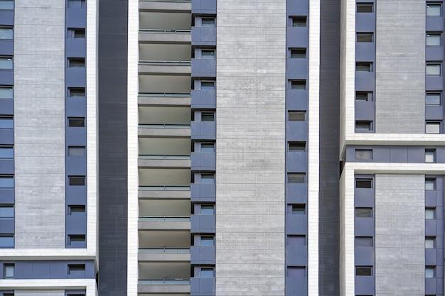 Gebäude fenster nahaufnahme. moderne wohnhäuser in neuer nachbarschaft.