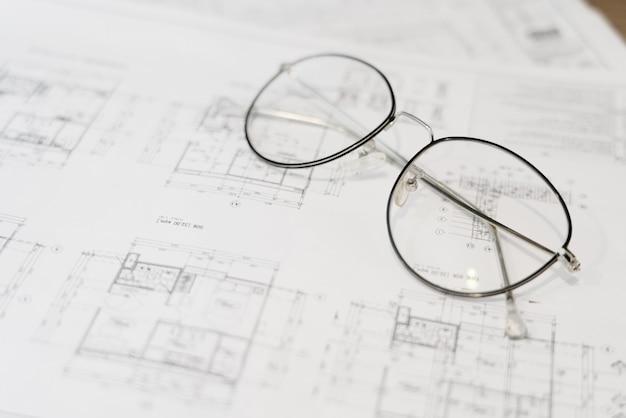 Gebäude-grundriss mit gläsern auf dem tisch