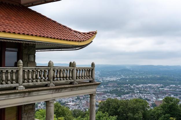 Gebäude im traditionellen pagodenstil und die stadt reading in pennsylvania