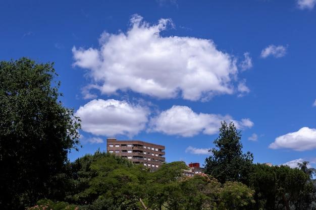 Gebäude in der spitze einer stadt