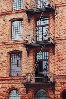 Gebäude mit außenfluchttreppen