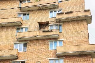 Gebäude mit balkon