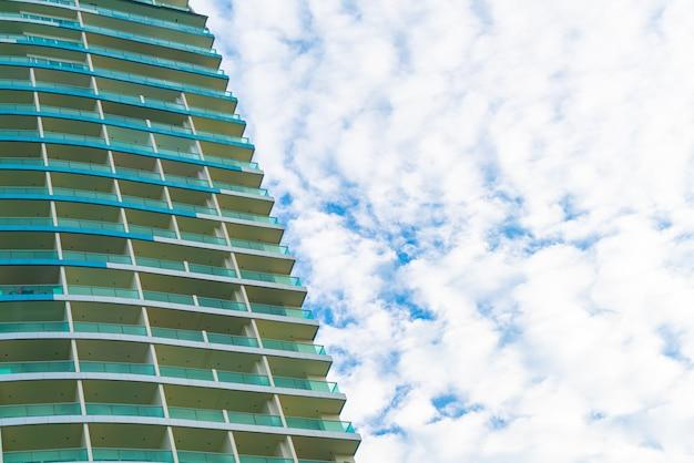 Gebäude mit bewölktem himmel und kopierraum
