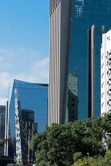 Gebäude mit der glasfassade, welche die straße reflektiert