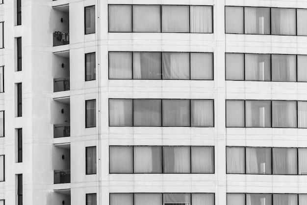 Gebäude mit fenstern in schwarz und weiß