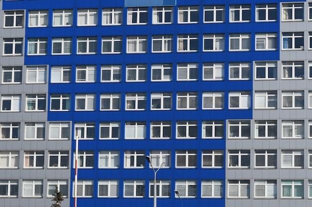 Gebäude mit fenstern. viele fenster am gebäude. windows-bürogebäude für hintergrund