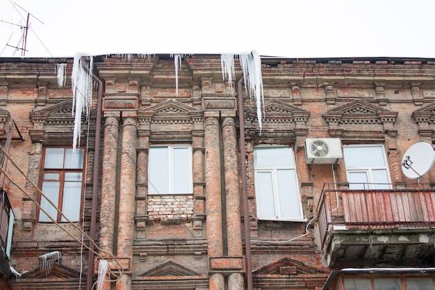 Gebäude mit großen eiszapfen bedeckt