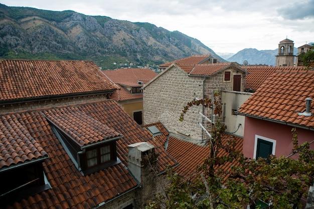 Gebäude mit orangefarbenen tonfliesen und geöffneten fenstern