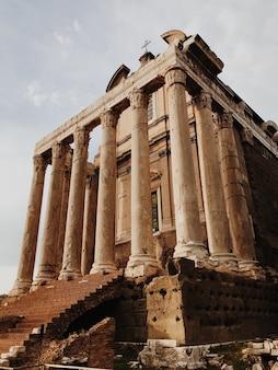 Gebäude mit säulen im forum romanum