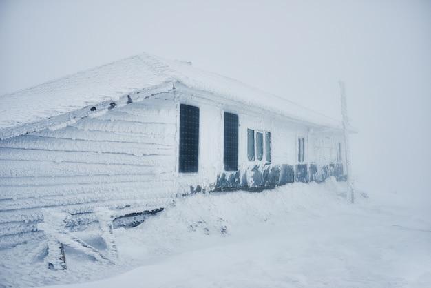 Gebäude mit schnee bedeckt
