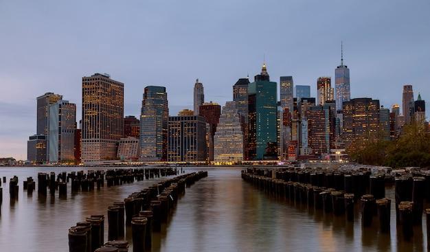 Gebäude-skylineabend new york city manhattan genommen