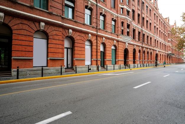 Gebäude und autobahn im bund von shanghai, china
