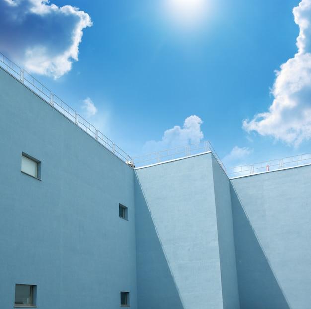 Gebäude und blauer himmel