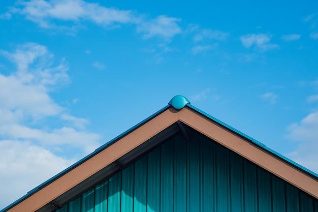 Gebäude und dach aus verzinktem blech (zinkblech)