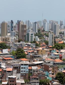 Gebäude und favela. brasilianischer urbaner sozialer kontrast.
