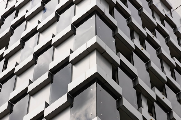 Gebäudearchitektur details, fassadengestaltung. modernes gebäude schwarz und grau.