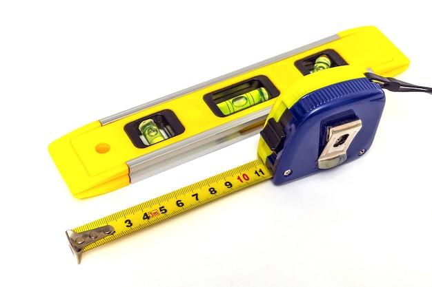 Gebäudeebene und maßband zum nivellieren oder messen von objekten