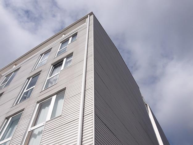 Gebäudefassade mit metallischer umhüllung
