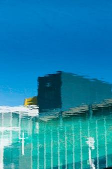Gebäudereflexion auf dem wasser